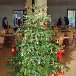 Ein Weihnachtsbaum mit Süßigkeiten