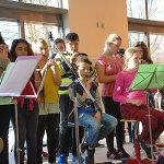 Die Kinder musizieren